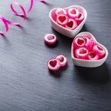 Piruleta en forma de corazón del caramelo para el día de tarjetas del día de San Valentín Fotos de archivo