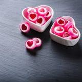 Piruleta en forma de corazón del caramelo para el día de tarjetas del día de San Valentín Imagen de archivo libre de regalías