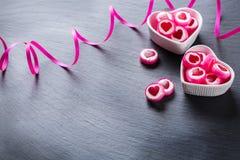Piruleta en forma de corazón del caramelo para el día de tarjetas del día de San Valentín Fotografía de archivo
