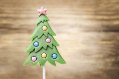 Piruleta en forma del árbol de navidad Fotos de archivo