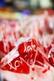 Piruleta roja del corazón Imagenes de archivo