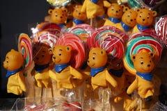 Piruletas coloreadas con los osos de peluche Fotos de archivo