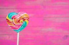 Piruletas coloridas del corazón Foto de archivo