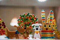 Piruletas coloridas y diferente coloreados alrededor del caramelo Foto de archivo