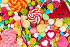 Piruletas coloridas y diferente coloreados alrededor del caramelo Foto de archivo libre de regalías