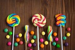 Piruletas coloridas y gotas del caramelo Imágenes de archivo libres de regalías