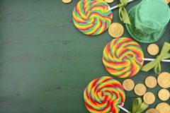 Piruletas del arco iris del día del St Patricks Fotografía de archivo
