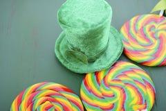 Piruletas del arco iris del día del St Patricks Fotos de archivo libres de regalías