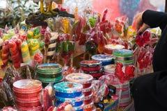 Piruletas en la feria cerca del Kremlin Foto de archivo libre de regalías