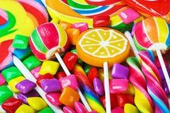 Piruletas multicoloras, caramelo y chicle Foto de archivo