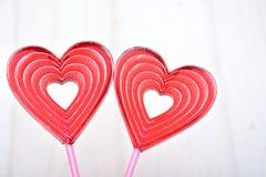 Piruletas para las tarjetas del día de San Valentín Fotos de archivo