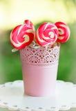Piruletas rosadas espirales del az?car Fotografía de archivo libre de regalías