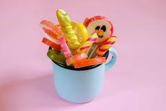 Piruletas y caramelos multicolores Imagen de archivo libre de regalías