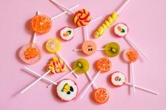 Piruletas y caramelos multicolores Imágenes de archivo libres de regalías