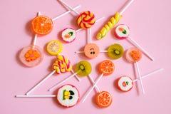Piruletas y caramelos multicolores Fotografía de archivo libre de regalías