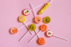 Piruletas y caramelos multicolores Imagen de archivo