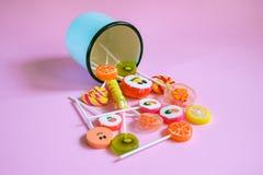 Piruletas y caramelos multicolores Foto de archivo libre de regalías