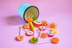 Piruletas y caramelos multicolores Fotografía de archivo
