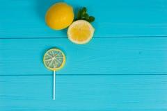 Pirulito como um limão na placa de madeira de turquesa perto do limão e de um s Imagem de Stock
