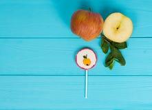 Pirulito como uma maçã na placa de madeira de turquesa perto do sl delicioso Imagem de Stock