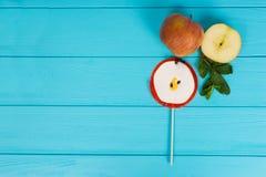Pirulito saboroso como uma maçã na placa de madeira de turquesa perto do delici Fotografia de Stock