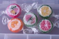 Pirulitos coloridos e doces redondos coloridos diferentes do fruto no wr Fotos de Stock Royalty Free