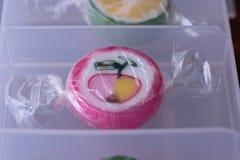 Pirulitos coloridos e doces redondos coloridos diferentes do fruto no wr Imagem de Stock