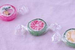 Pirulitos coloridos e doces redondos coloridos diferentes do fruto no wr Imagem de Stock Royalty Free