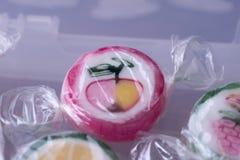 Pirulitos coloridos e doces redondos coloridos diferentes do fruto no wr Fotos de Stock