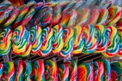 Pirulitos coloridos nas fileiras fotos de stock royalty free