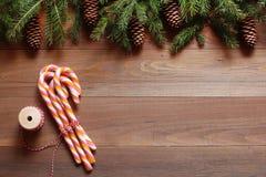 Pirulitos do Natal em um fundo de madeira Fotos de Stock