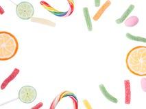 Pirulitos e doces isolados no branco Foto de Stock