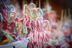 Pirulitos tradicionais do bastão de doces do Natal Imagens de Stock Royalty Free