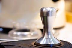 pisón de acero inoxidable Equipo de Barista pisón pesado para el café profesional del café express del brebaje del barista cierre imagenes de archivo