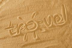Pisać hashtag podróż z słońce znakiem i promień na piasku plaży fali tło obrazy stock