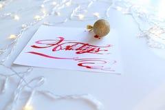 Pisać list kartę z tekstów wakacjami w szkarłatnym kolorze na białym shee Obraz Royalty Free