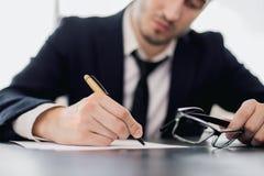 Pisać mężczyzna trzyma szkła obrazy stock