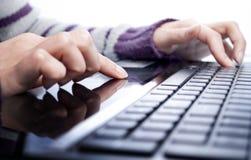 Pisać na laptopie zdjęcie royalty free