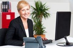 Pisać na maszynie na klawiaturze uśmiechnięta korporacyjna kobieta Obrazy Royalty Free