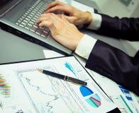 Pisać na maszynie na nowożytnym laptopie w biurze Zdjęcia Stock
