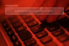 Pisać na maszynie online obrachunkowy hasło na laptop klawiaturze fotografia stock