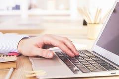 Pisać na maszynie ręki zbliżenie Zdjęcia Royalty Free