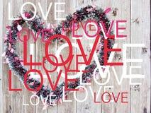Pisać na maszynie słowo miłość i tęczy dekoracja z starym drewnem ciąć na arkusze w tle obrazy stock