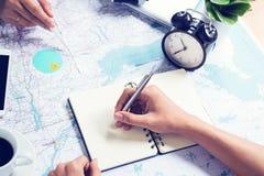 Pisać notatce i konsultować dla podróżować na mapie Zdjęcie Stock