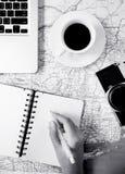 Pisać notatce na mapie z akcesoria czarny i biały projektem Fotografia Stock