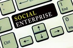 Pisać nutowego pokazuje Ogólnospołecznego przedsięwzięcia Biznesowa fotografia pokazuje biznes który robi pieniądze w społecznie  obrazy stock