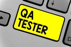 Pisać nutowego pokazuje Qa testra Biznesowa fotografia pokazuje zapewnienie jakości dalej iść projekt przed urzeczywistnienie kla fotografia stock