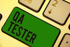 Pisać nutowego pokazuje Qa testra Biznesowa fotografia pokazuje zapewnienie jakości dalej iść projekt przed urzeczywistnienie kla zdjęcie royalty free