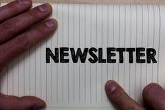 Pisać nutowej pokazuje gazetce Biznesowa fotografia pokazuje biuletyn okresowo wysyłał dopisany członek wiadomości notatnik r zdjęcia royalty free