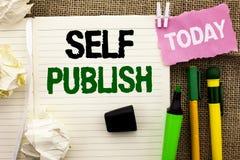 Pisać nutowej pokazuje jaźni Publikuje Biznesowa fotografia pokazuje publikację Pisze dziennikarstwu Rękopiśmiennych artykułów fa Fotografia Royalty Free